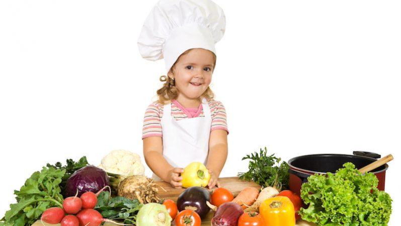 Crianças na cozinha: como tornar essa atividade mais prazerosa para todos