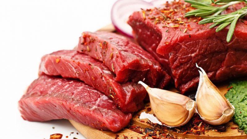 É correto excluir a carne vermelha da alimentação? Confira o que os especialistas dizem!