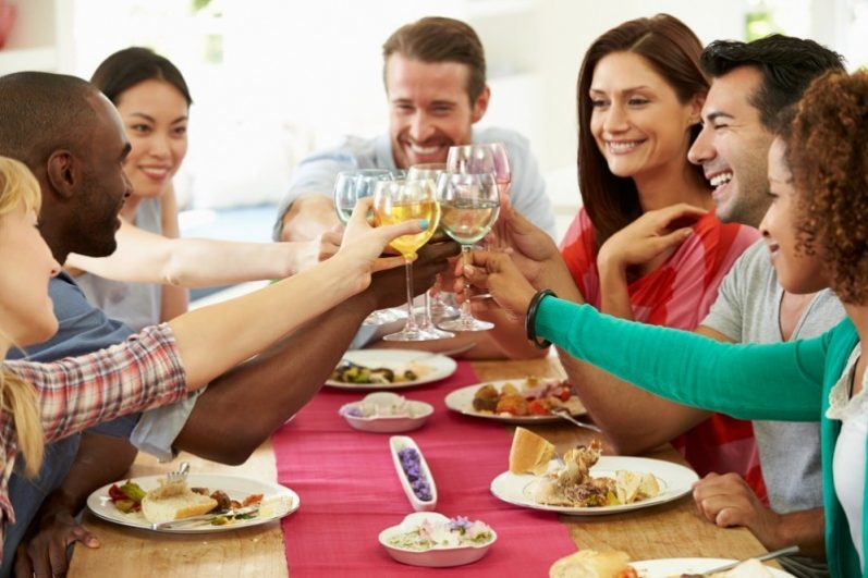 Menu do dia: prato principal, sobremesa e bebida para um jantar com amigos