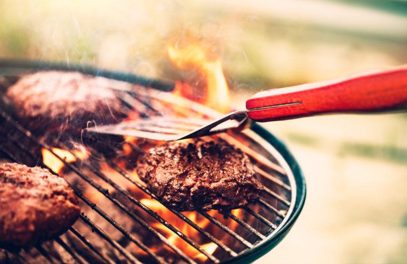 Conheça algumas dicas para limpar a grelha de churrasco sem sofrimento