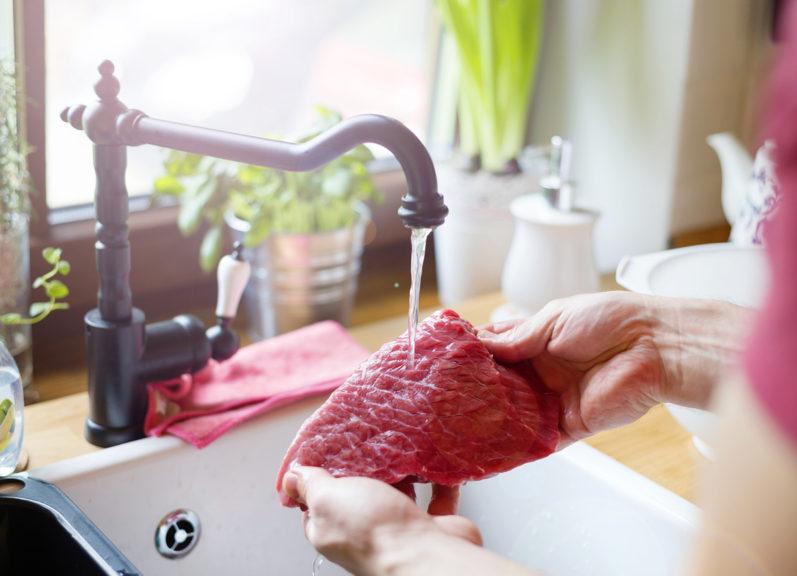 Por que não devemos lavar a carne vermelha antes de cozinhar?