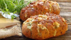 Receita de pão de alho crocante com linguiça