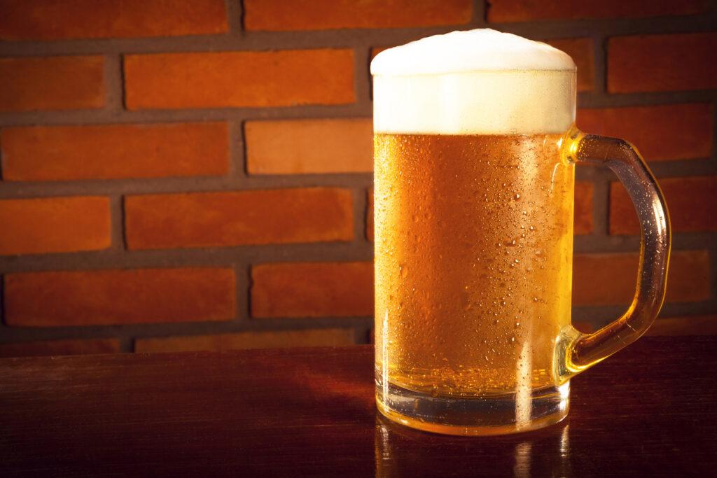Cerveja trincando para impressionar a galera e a família no churrasco